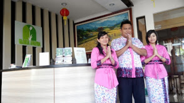 receptionist in pink - 4